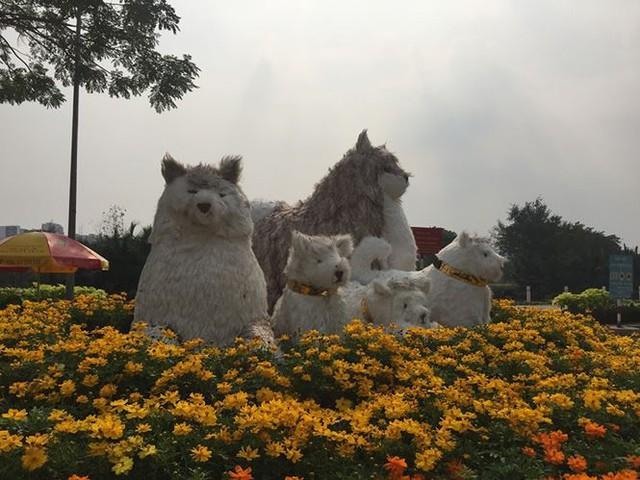 Đường hoa xuân đậm nét quê ở phố nhà giàu Sài Gòn   - Ảnh 1.
