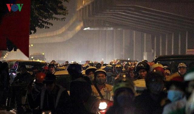Đường phố Hà Nội ùn tắc kinh hoàng bất kể giờ giấc - Ảnh 14.