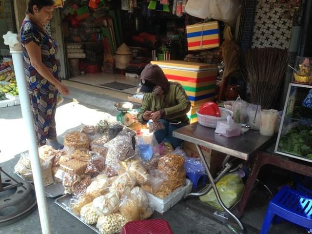 Bánh kẹo, mứt tết ba không đổ bộ chợ Sài Gòn   - Ảnh 3.
