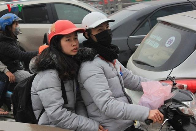 Đường phố Hà Nội ùn tắc kinh hoàng bất kể giờ giấc - Ảnh 4.