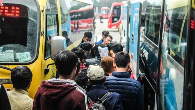 Người dân lỉnh kỉnh đồ, chen nhau lên xe về quê nghỉ Tết - Ảnh 4.
