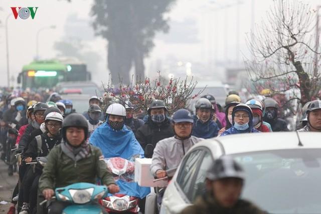 Đường phố Hà Nội ùn tắc kinh hoàng bất kể giờ giấc - Ảnh 5.
