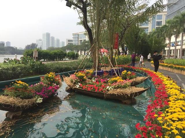 Đường hoa xuân đậm nét quê ở phố nhà giàu Sài Gòn   - Ảnh 5.