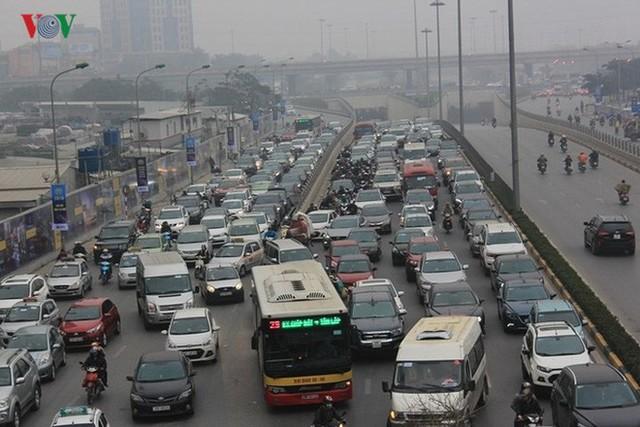 Đường phố Hà Nội ùn tắc kinh hoàng bất kể giờ giấc - Ảnh 6.