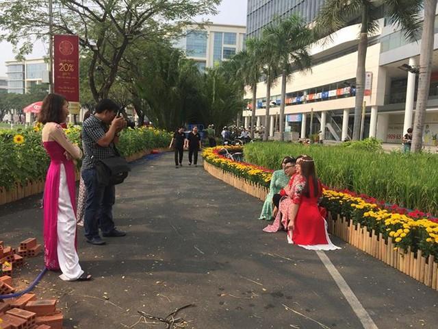 Đường hoa xuân đậm nét quê ở phố nhà giàu Sài Gòn   - Ảnh 8.
