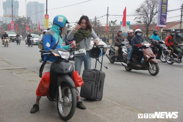 Đẩy vali cho khách kiếm tiền triệu mỗi ngày ở bến xe Giáp Bát - Ảnh 9.