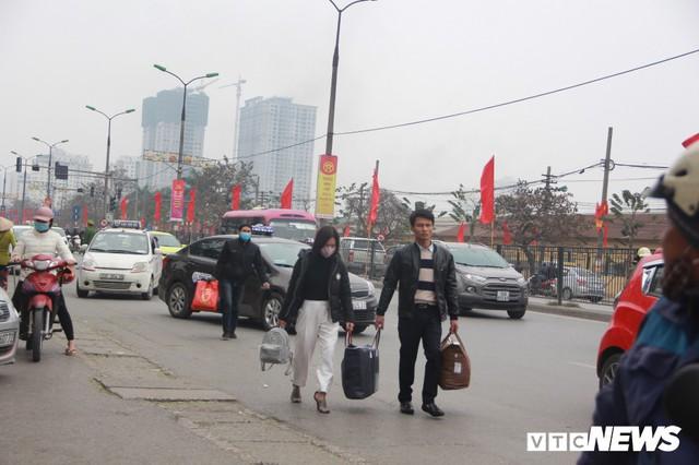 Đẩy vali cho khách kiếm tiền triệu mỗi ngày ở bến xe Giáp Bát - Ảnh 10.