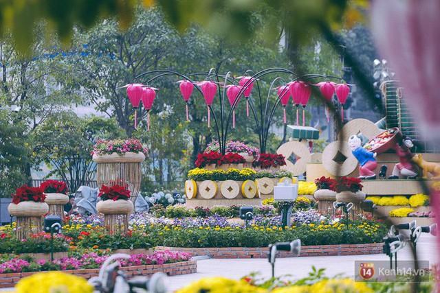 Chùm ảnh: Đường hoa Nguyễn Huệ đang được gấp rút hoàn thành trước ngày khai mạc - Ảnh 16.