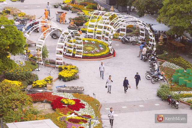 Chùm ảnh: Đường hoa Nguyễn Huệ đang được gấp rút hoàn thành trước ngày khai mạc - Ảnh 8.