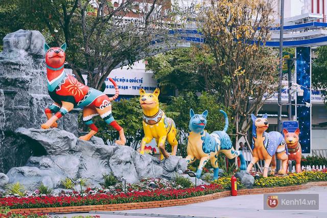Chùm ảnh: Đường hoa Nguyễn Huệ đang được gấp rút hoàn thành trước ngày khai mạc - Ảnh 10.