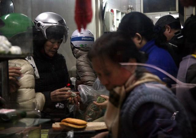 Hà Nội: Hàng trăm người rồng rắn xếp hàng mua bánh chưng, giò chả ăn Tết - Ảnh 12.