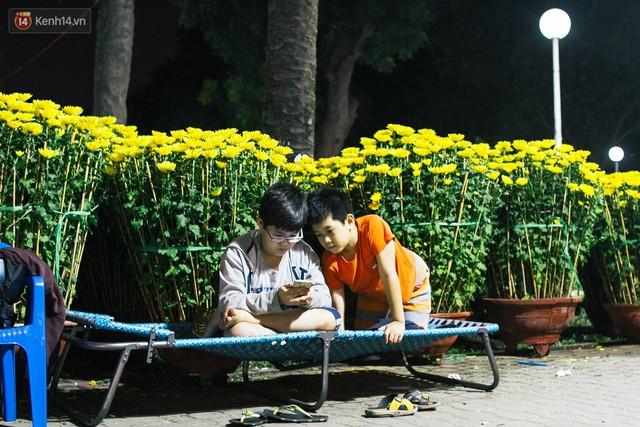 Chùm ảnh: Sợ mất trộm, nhiều gia đình tiểu thương dựng lều mắc võng, thay phiên nhau thức đêm để canh hoa Tết - Ảnh 15.
