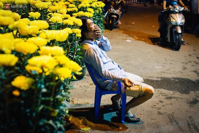 Chùm ảnh: Sợ mất trộm, nhiều gia đình tiểu thương dựng lều mắc võng, thay phiên nhau thức đêm để canh hoa Tết - Ảnh 16.