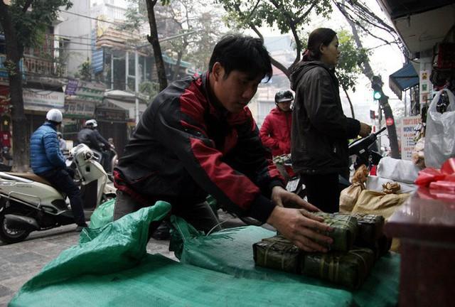 Hà Nội: Hàng trăm người rồng rắn xếp hàng mua bánh chưng, giò chả ăn Tết - Ảnh 19.