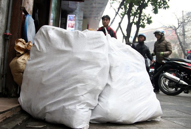 Hà Nội: Hàng trăm người rồng rắn xếp hàng mua bánh chưng, giò chả ăn Tết - Ảnh 20.