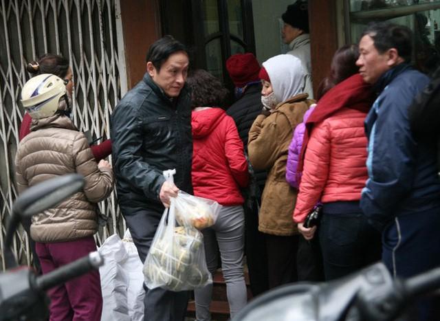 Hà Nội: Hàng trăm người rồng rắn xếp hàng mua bánh chưng, giò chả ăn Tết - Ảnh 3.