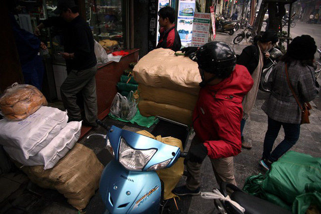 Hà Nội: Hàng trăm người rồng rắn xếp hàng mua bánh chưng, giò chả ăn Tết - Ảnh 21.