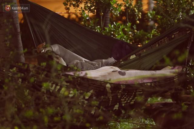 Chùm ảnh: Sợ mất trộm, nhiều gia đình tiểu thương dựng lều mắc võng, thay phiên nhau thức đêm để canh hoa Tết - Ảnh 10.