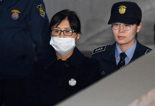 Chủ tịch Tập đoàn Lotte bị kết án 2,5 năm tù - Ảnh 1.