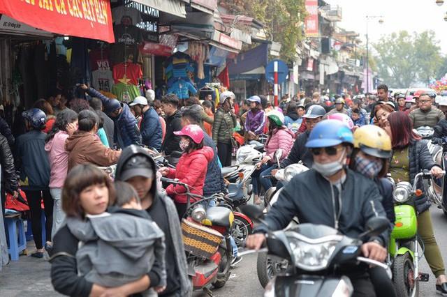 Phố cổ Hà Nội tấp nập người mua sắm ngày 29 Tết - Ảnh 1.