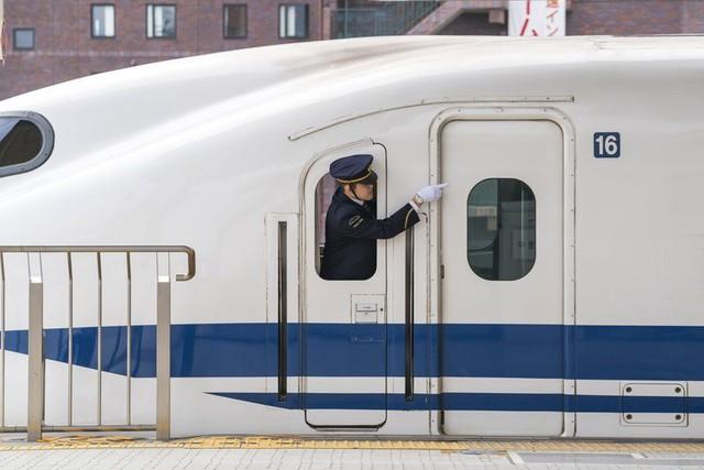 Nhân viên đường sắt Nhật Bản luôn dùng tay chỉ vào mọi vật và đây là lý do đằng sau hành động thú vị ấy - Ảnh 3.