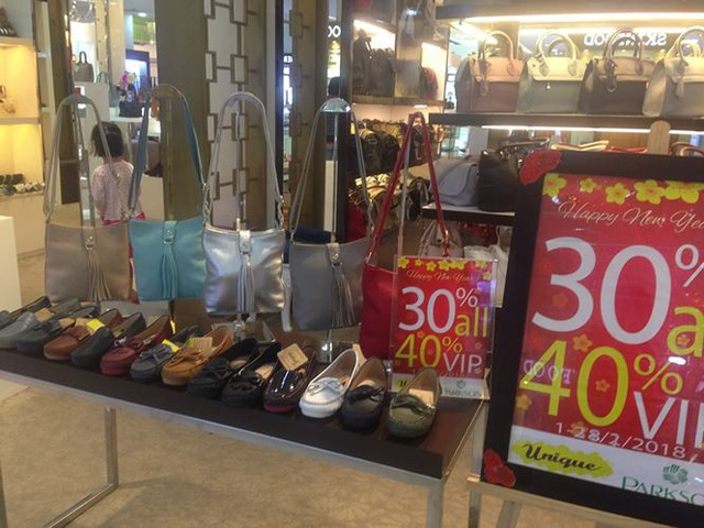 Hàng thời trang ở trung tâm thương mại Sài Gòn vắng hoe - Ảnh 7.