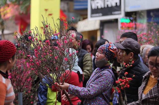 Phố cổ Hà Nội tấp nập người mua sắm ngày 29 Tết - Ảnh 7.