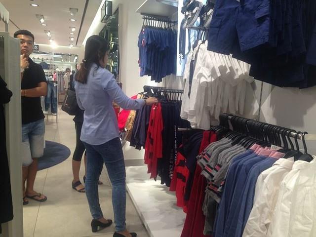 Hàng thời trang ở trung tâm thương mại Sài Gòn vắng hoe - Ảnh 9.