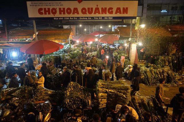 [ẢNH] Tấp nập chợ hoa Quảng An đêm trước Giao thừa - Ảnh 1.