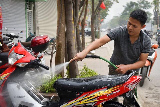 Ùn ùn mang xe đi rửa ngày 30 Tết, giá tăng giá 4 - 5 lần ngày thường - Ảnh 1.