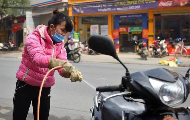 Ùn ùn mang xe đi rửa ngày 30 Tết, giá tăng giá 4 - 5 lần ngày thường - Ảnh 2.