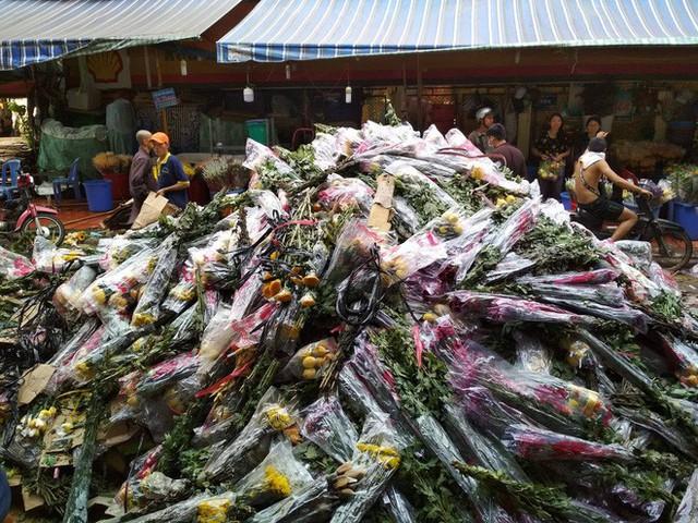 Hoa Tết đổ bỏ chất đống thành 'núi' tại chợ hoa lớn nhất Sài Gòn - Ảnh 2.