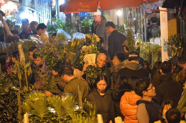 [ẢNH] Tấp nập chợ hoa Quảng An đêm trước Giao thừa - Ảnh 11.