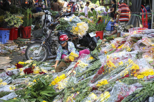 Hoa Tết dội chợ, chất như núi ở chợ hoa sỉ Đầm Sen, TP HCM - Ảnh 11.