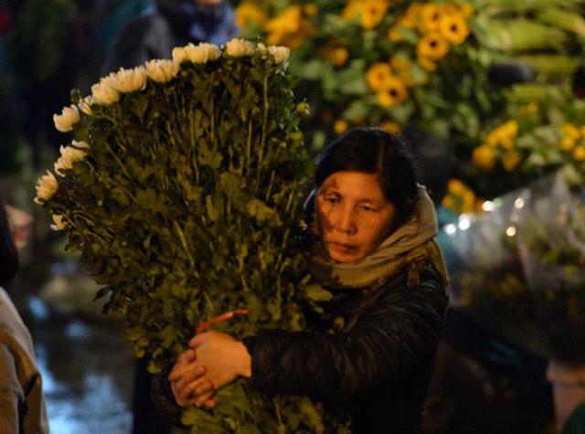 [ẢNH] Tấp nập chợ hoa Quảng An đêm trước Giao thừa - Ảnh 12.