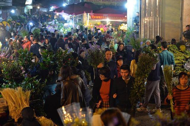 [ẢNH] Tấp nập chợ hoa Quảng An đêm trước Giao thừa - Ảnh 17.