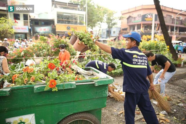 Không bán hết hàng trưa 30 Tết, tiểu thương dùng gậy đập nát chậu hoa, vứt vào thùng rác - Ảnh 19.