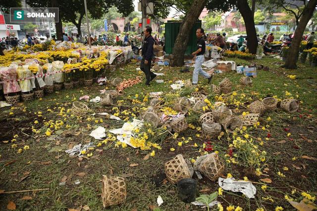 Không bán hết hàng trưa 30 Tết, tiểu thương dùng gậy đập nát chậu hoa, vứt vào thùng rác - Ảnh 4.