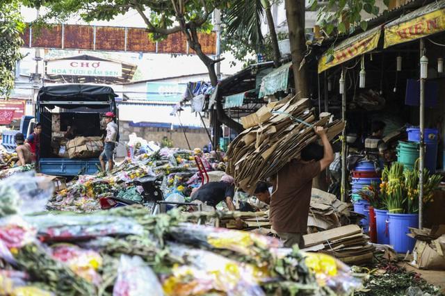 Hoa Tết dội chợ, chất như núi ở chợ hoa sỉ Đầm Sen, TP HCM - Ảnh 6.