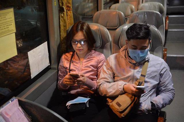 2 chuyến xe cuối cùng rời khỏi bến Giáp Bát chở hàng chục hành khách về quê ăn tết - Ảnh 6.