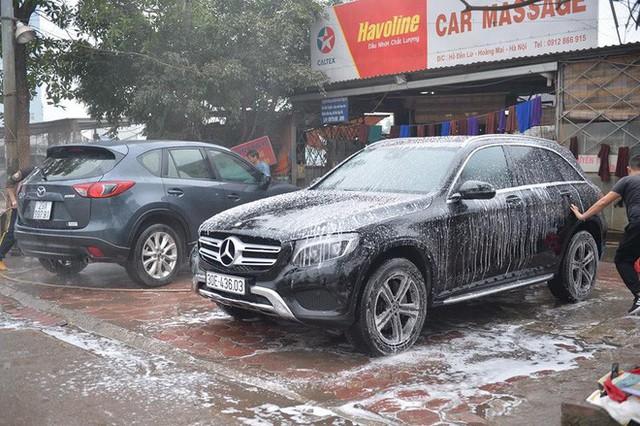 Ùn ùn mang xe đi rửa ngày 30 Tết, giá tăng giá 4 - 5 lần ngày thường - Ảnh 7.