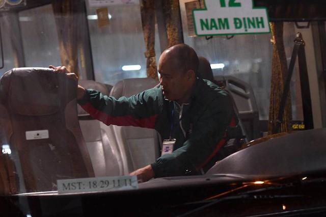 2 chuyến xe cuối cùng rời khỏi bến Giáp Bát chở hàng chục hành khách về quê ăn tết - Ảnh 7.