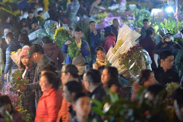 [ẢNH] Tấp nập chợ hoa Quảng An đêm trước Giao thừa - Ảnh 8.