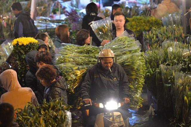 [ẢNH] Tấp nập chợ hoa Quảng An đêm trước Giao thừa - Ảnh 9.