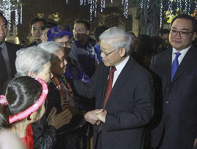 Tổng Bí thư Nguyễn Phú Trọng dâng hương tượng đài vua Lý Thái Tổ, dạo bộ chúc Tết người dân - Ảnh 1.