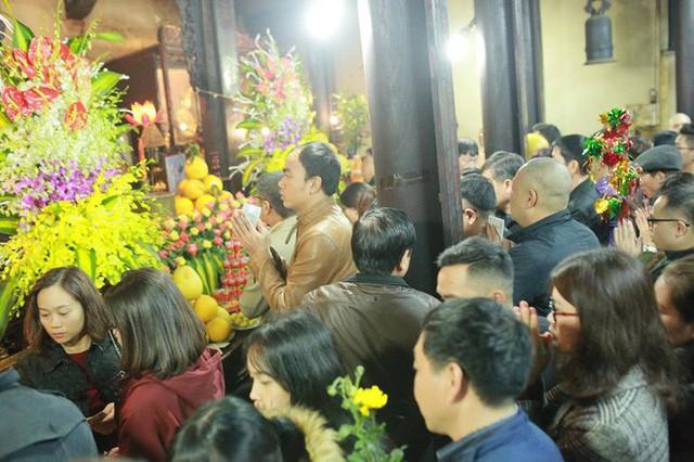 Chùm ảnh người dân tấp nập đi lễ chùa sau phút giao thừa xuân Mậu Tuất - Ảnh 2.