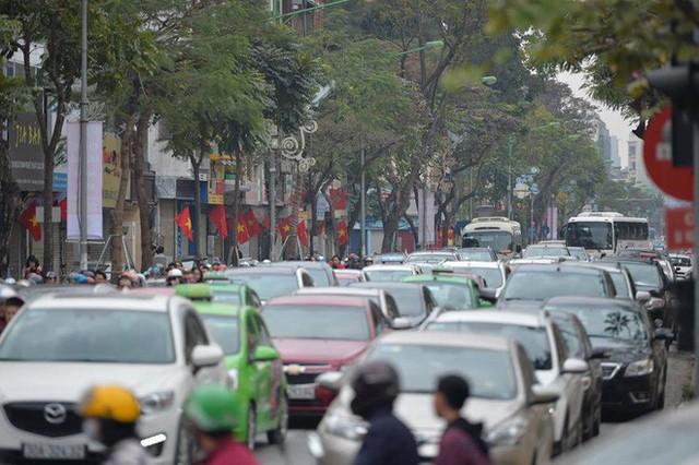 Mùng 1 đẹp trời, người Hà Nội đổ ra đường du xuân, nhiều phố tắc nghẽn - Ảnh 1.