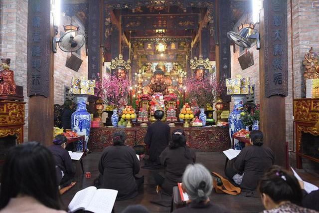 Chùm ảnh người dân tấp nập đi lễ chùa sau phút giao thừa xuân Mậu Tuất - Ảnh 11.