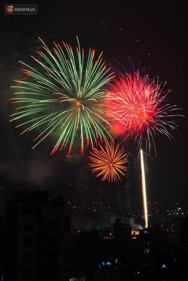 Người Sài Gòn - Hà Nội mãn nhãn với những loạt pháo hoa đầy màu sắc trong thời khắc chuyển giao năm mới 2018 - Ảnh 12.