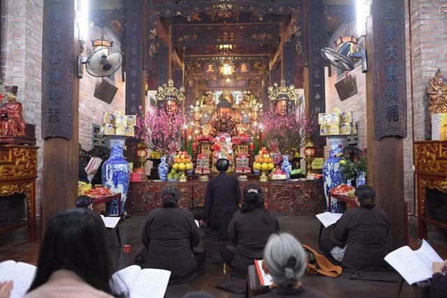Chùm ảnh người dân tấp nập đi lễ chùa sau phút giao thừa xuân Mậu Tuất - Ảnh 15.